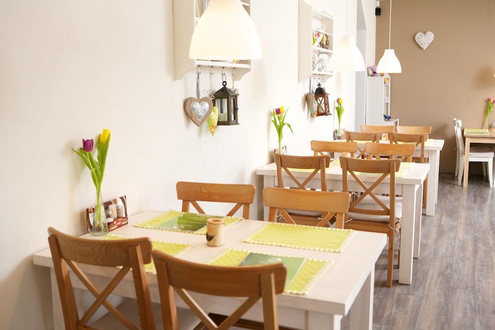 Interiér na jar - stoly pri stene