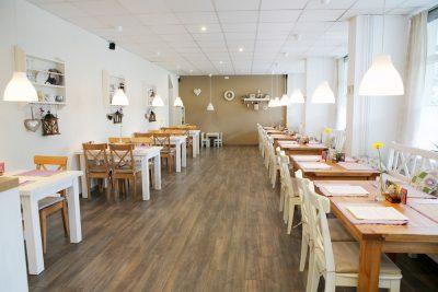 Interiér reštaurácie v letnom období - pohľad od minibaru