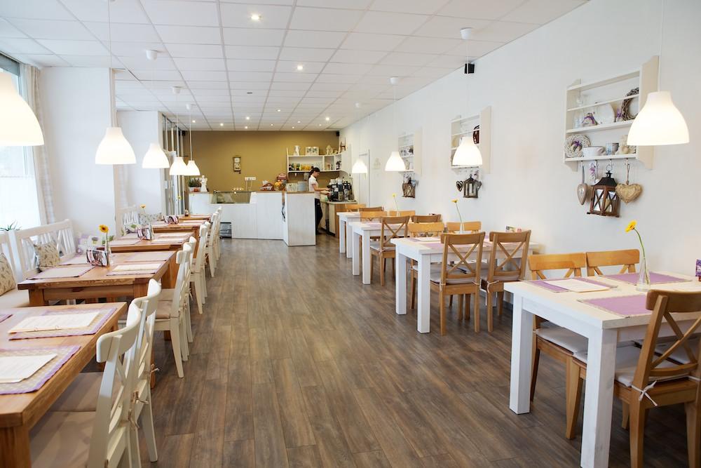Interiér reštaurácie v letnom období