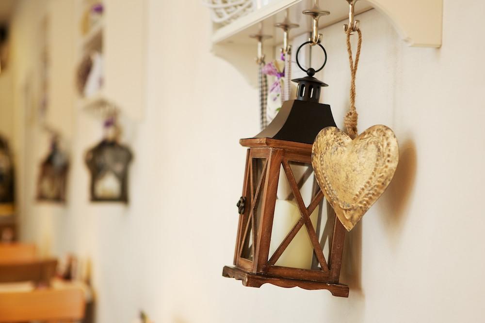 Dekorácie na stene pod poličkami - srdiečko a lampáš