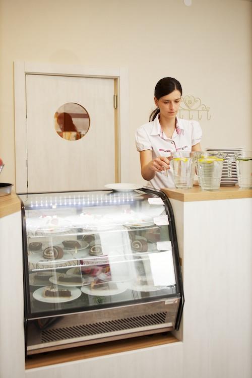 Výstavný chladiaci pult s koláčikmi