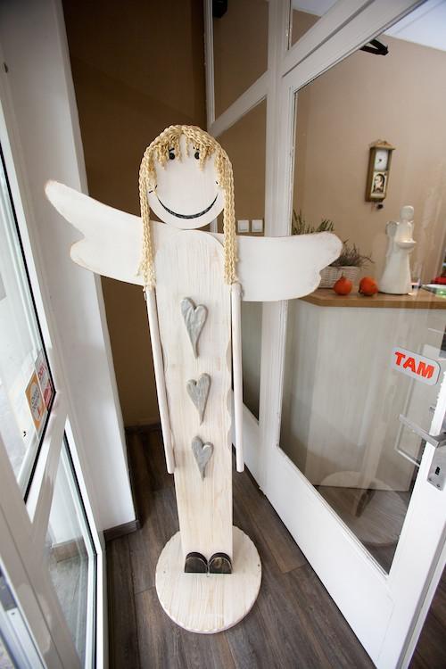 Drevený anjel pri vstupných dverách