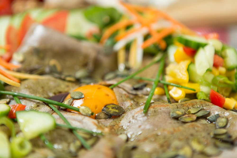 Palacinka plnená šunkou, restovanými šampiňónmi, vajcom a syrom Roquefort