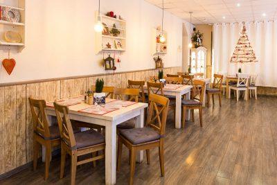 Interiér reštaurácie - pohľad zo stredu