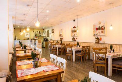 Interiér reštaurácie - pohľad zozadu
