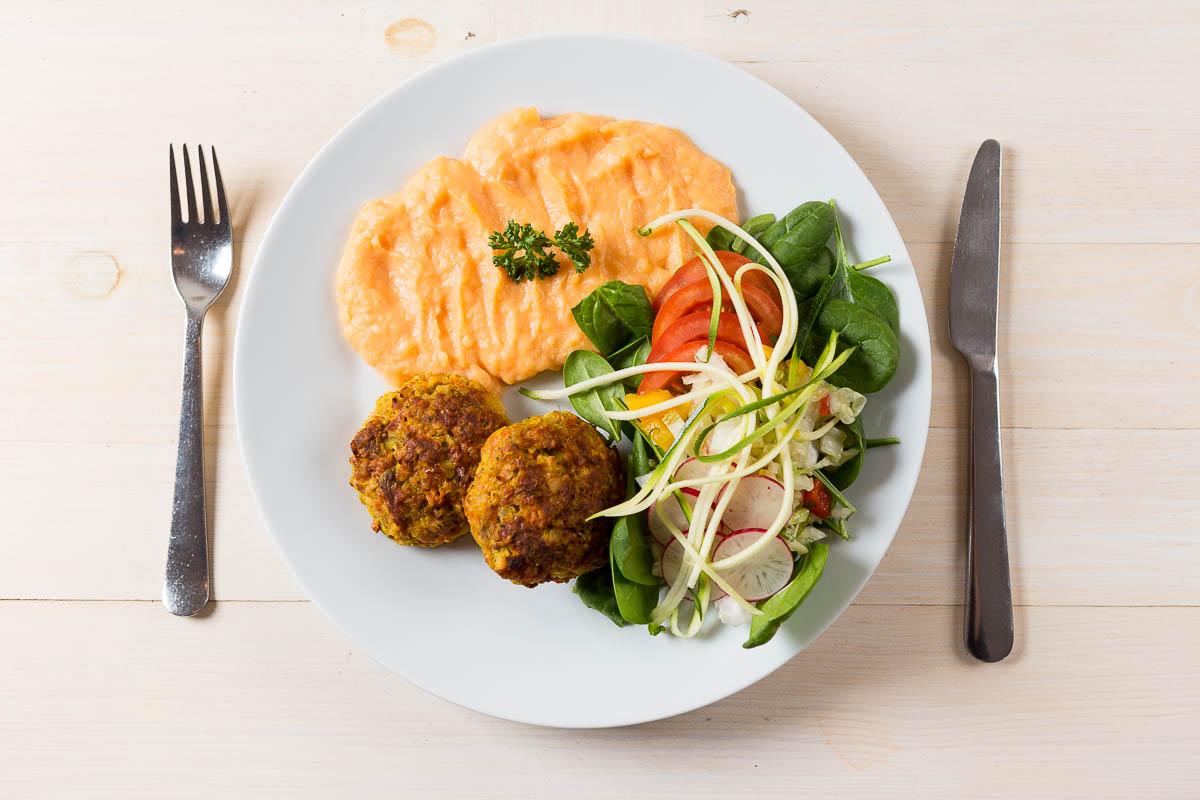 Zeleninové rezníky pripravené s pšenovými vločkami a syrom podávané s mrkvovo – zemiakovou kašou a zeleninou