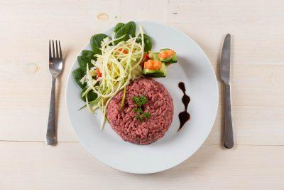 Cviklové rizoto pripravené z ryže Arborio a cvikle marinovanej s rastlinnými olejmi a medom podávané so zeleninou