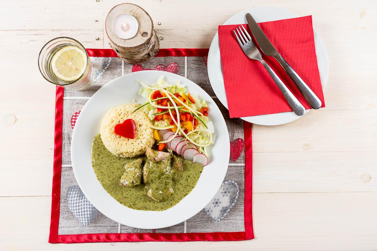 Pečené marinované kuracie prsia preliate špenátovou omáčkou ochutenou medvedím cesnakom podávané s Pšenom a zeleninou