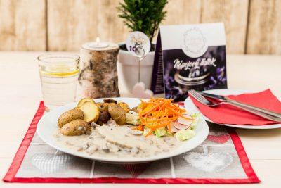 Pečené marinované bravčové karé preliate šampiňónovou omáčkou ochutenou smotanou podávané s pečenými lahôdkovými zemiakmi ochutenými maslom a zeleninou