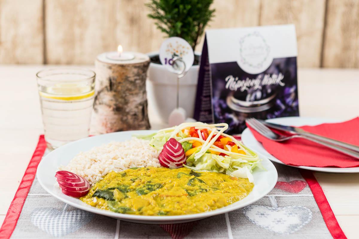 DAL PALAK pripravený z červenej šošovice, paradajok a listového špenátu ochutený kokosovým mliekom podávaný s ryžou Natural a zeleninou