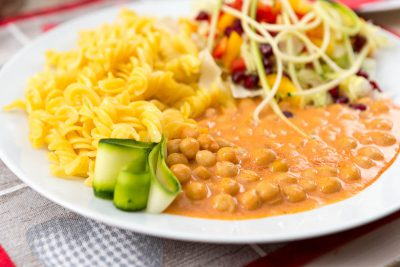 Cícer na paprike pripravený so sójovou smotanou podávaný s kukuričnými cestovinami