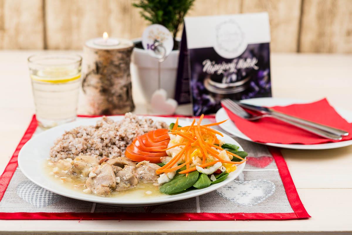 Marinované vykostené kuracie stehno marinované so slaninkou preliate prírodnou šťavou podávané s Pohánkou a zeleninou
